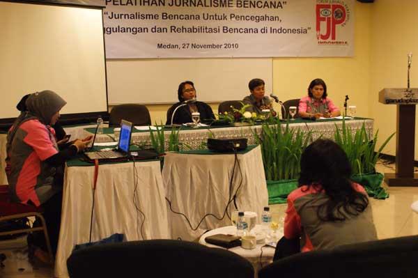 010-workshop-jurnalisme-bencana,-pembicara-desi-fitriani-(metro-tv)-dan-ahmad-arif-(kompas),-nov-2010
