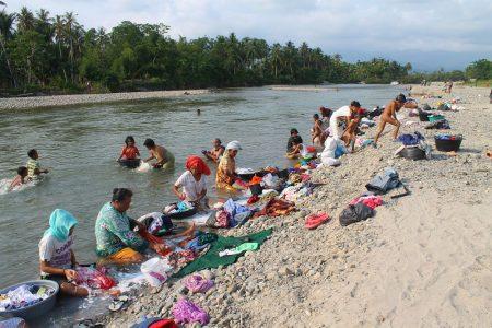 Menyuci di Sungai Aek Sirahar Barus