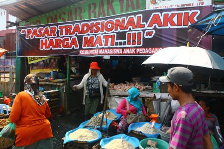 Pemko Bujuk Pedagang Pasar Akik