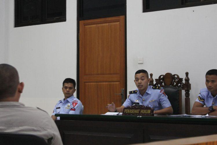 Terdakwa kekerasan terhadap jurnalis Pratu Rommel (dua dari kiri) didampingi dua kuasa hukumnya pada sidang mendengar keterangan saksi Teddy (kiri).